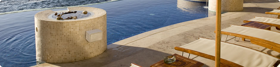 Liegestühle am Pool